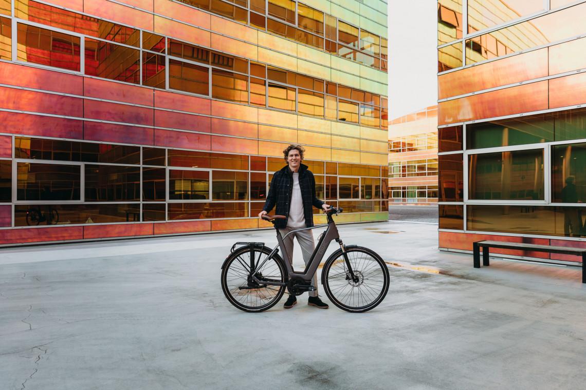 man met luxe fiets